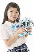 作成したロボットを持つ女の子