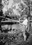 Pêche à la ligne dans l'Huisne près de Rémalard (Orne)