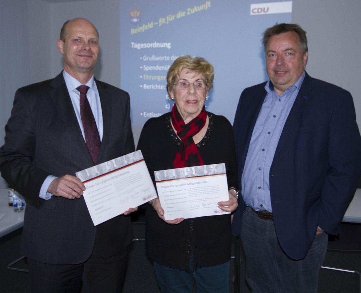 Andreas Lie (25 Jahre Mitglied) und Ilse Meiske (40 Jahre Mitglied) werden vom Vorsitzenden Lorenz Hartwig geehrt.