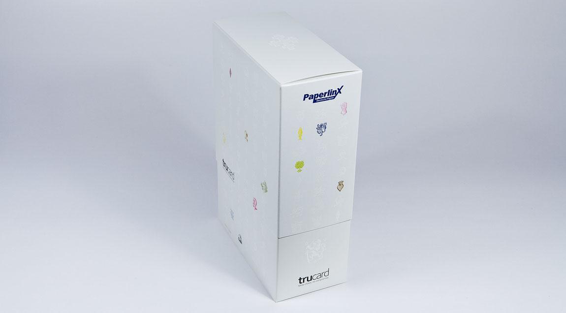 Erweiterbare Musterbox für die Kartone der Marke Trucard zum Anfassen und direktem Vergleichen – partiell veredelt und gedruckt mit Sonderfarben. Für PaperlinX Deutschland.