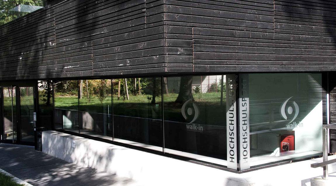 Wegleitsystem für das Karlsruher Institut für Technologie – Abteilung Hochschulsport – das sich perfekt in die moderne Architektur des Neubaus integriert.