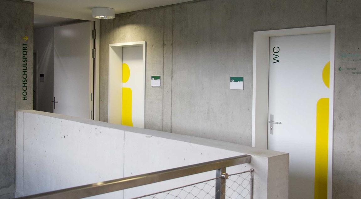 Wegleitsystem für das KIT Abteilung Hochschulsport, Wände und WC-Türen