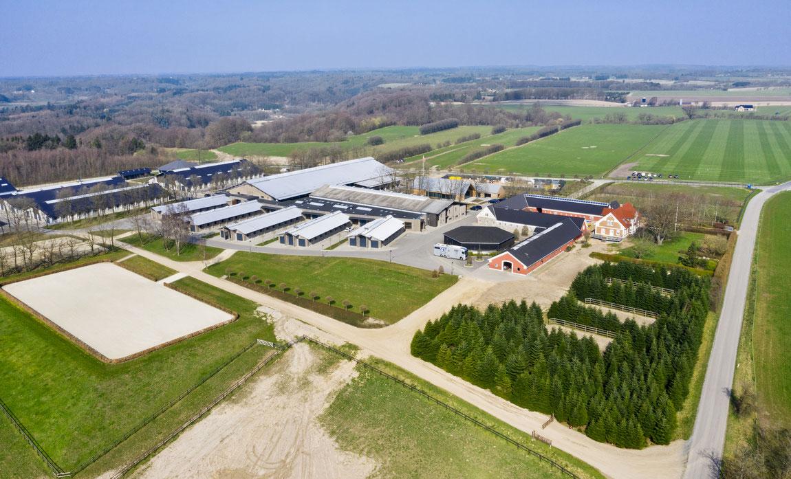 Moderne Reitsportanlage - Luftbildfotografie mit Reitplatz, Paddocks, Reithalle, Laufstall, Weiden und Stallungen in Dänemark