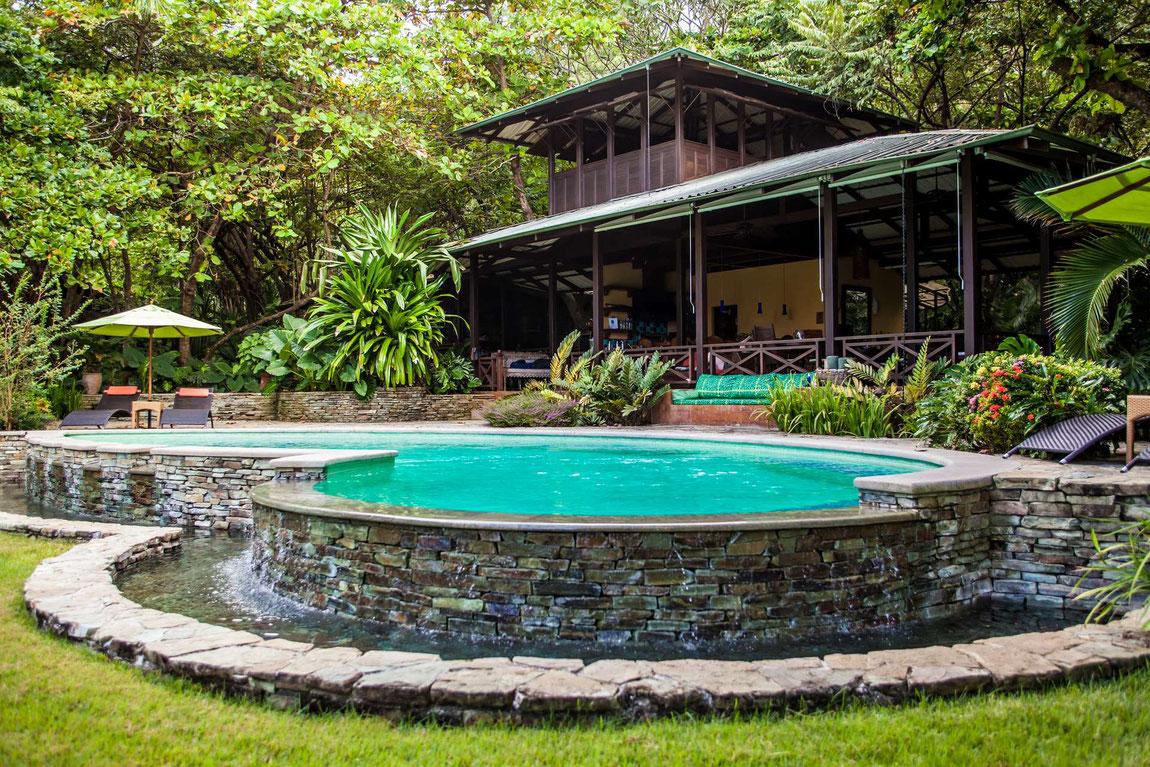 Latitude 10 Hotelansicht im Dschungel mit Pool