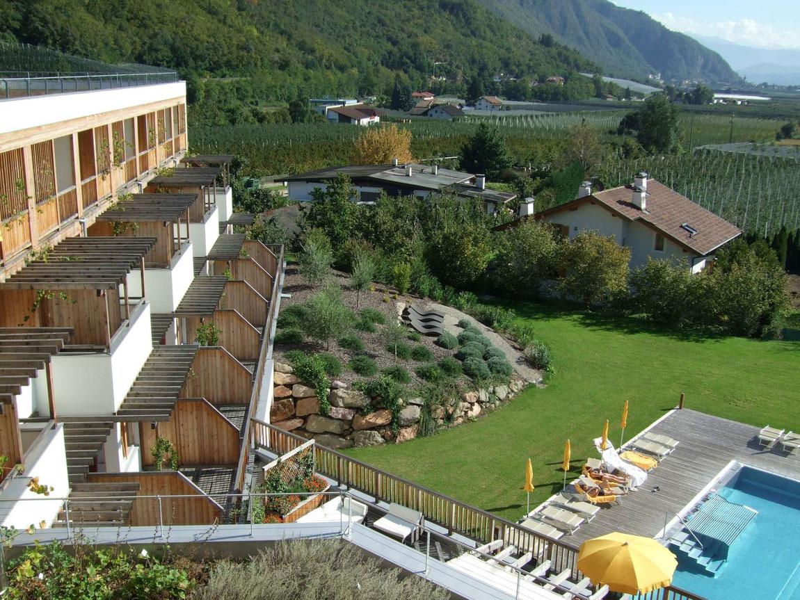 Blick auf den Garten vom Dach des Theiner's Garten Hotel