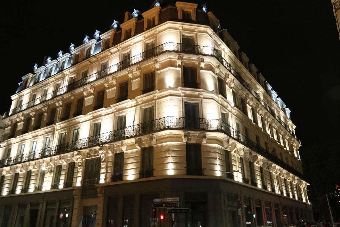 Hotel Boscolo in Lyon bei Nacht.