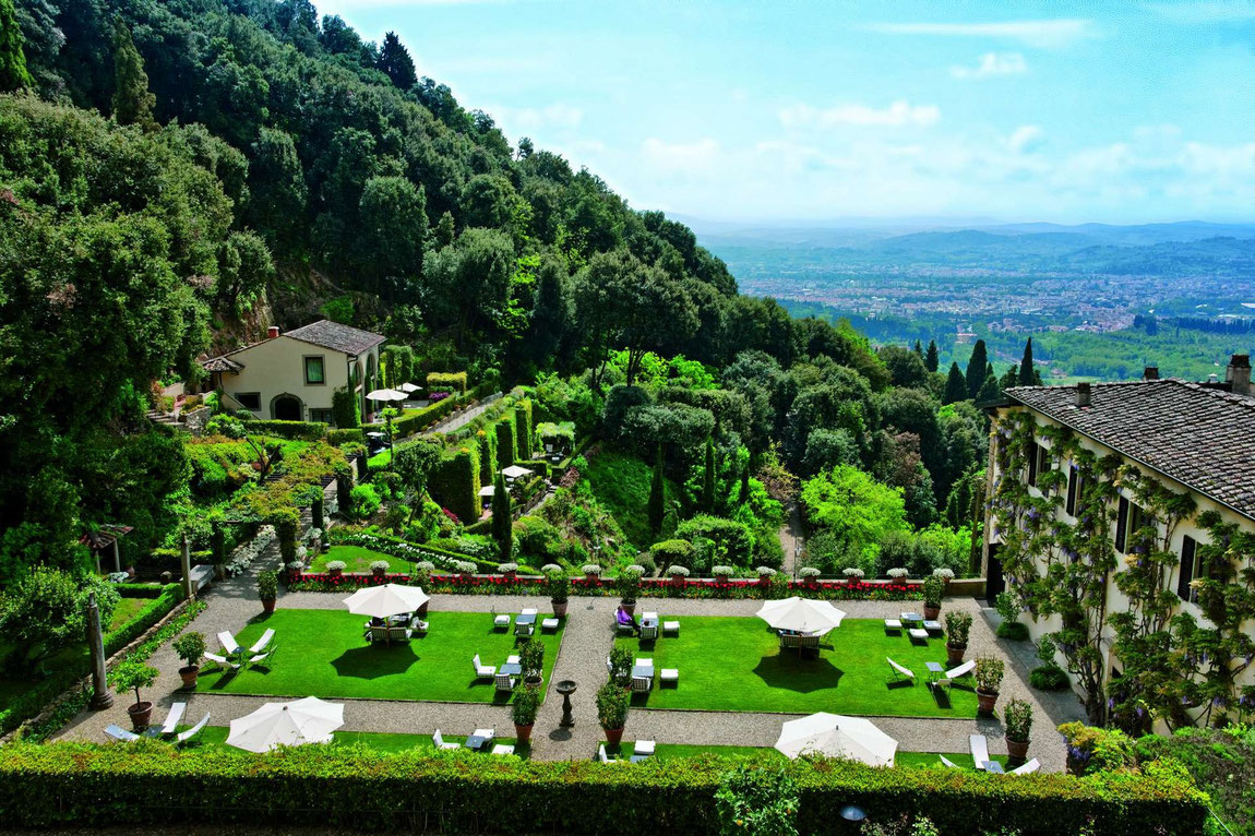 Gartenanlage der Villa San Michele mit Blick auf die toskanische Landschaft