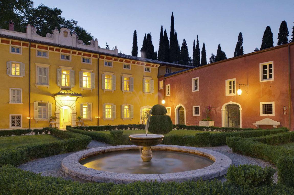 Innenhof der Villa Cordevigo mit Brunnen im Abendlicht