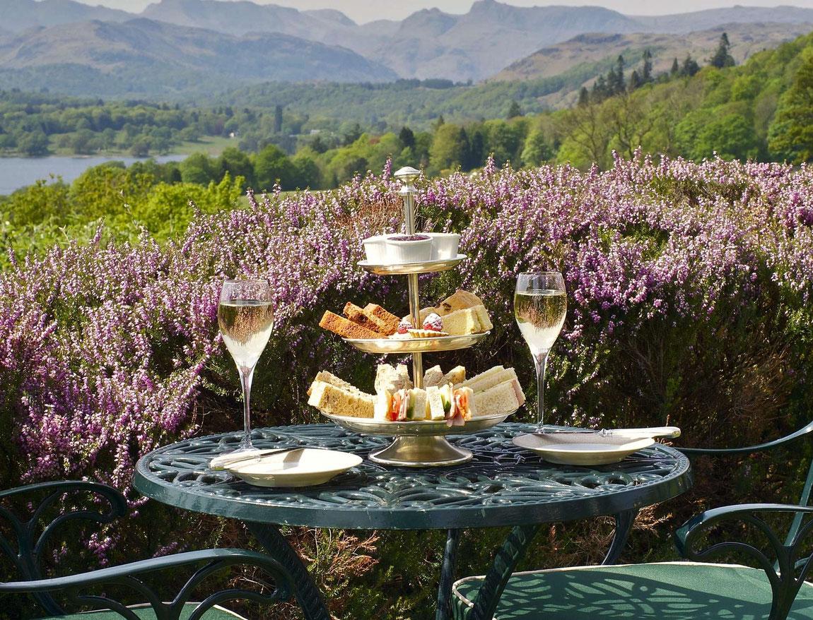 Ein Tisch mit Sekt und Sandwiches mit Blick auf die Landschaft