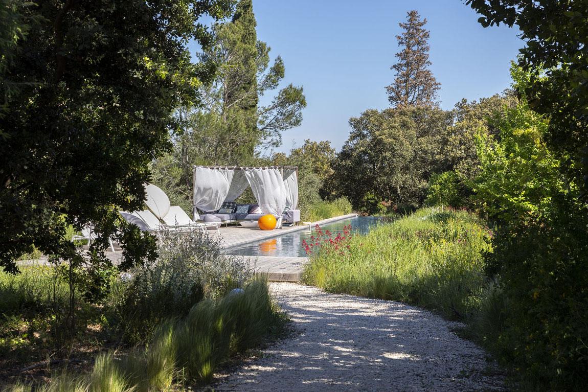 Garten mit Pool und Terrasse vom Bien Loin d'Ici bei Nîmes.