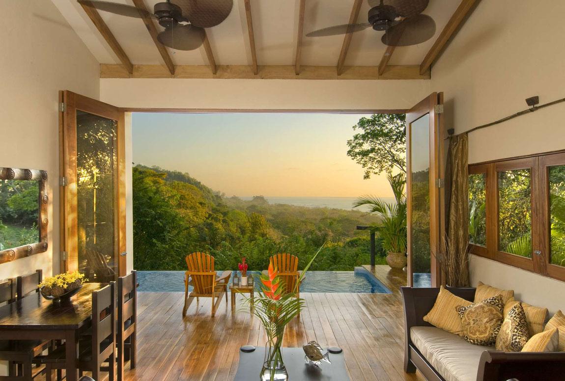 Blick über den kleinen Pool aus der Villa zur Küste im Casa Chameleon