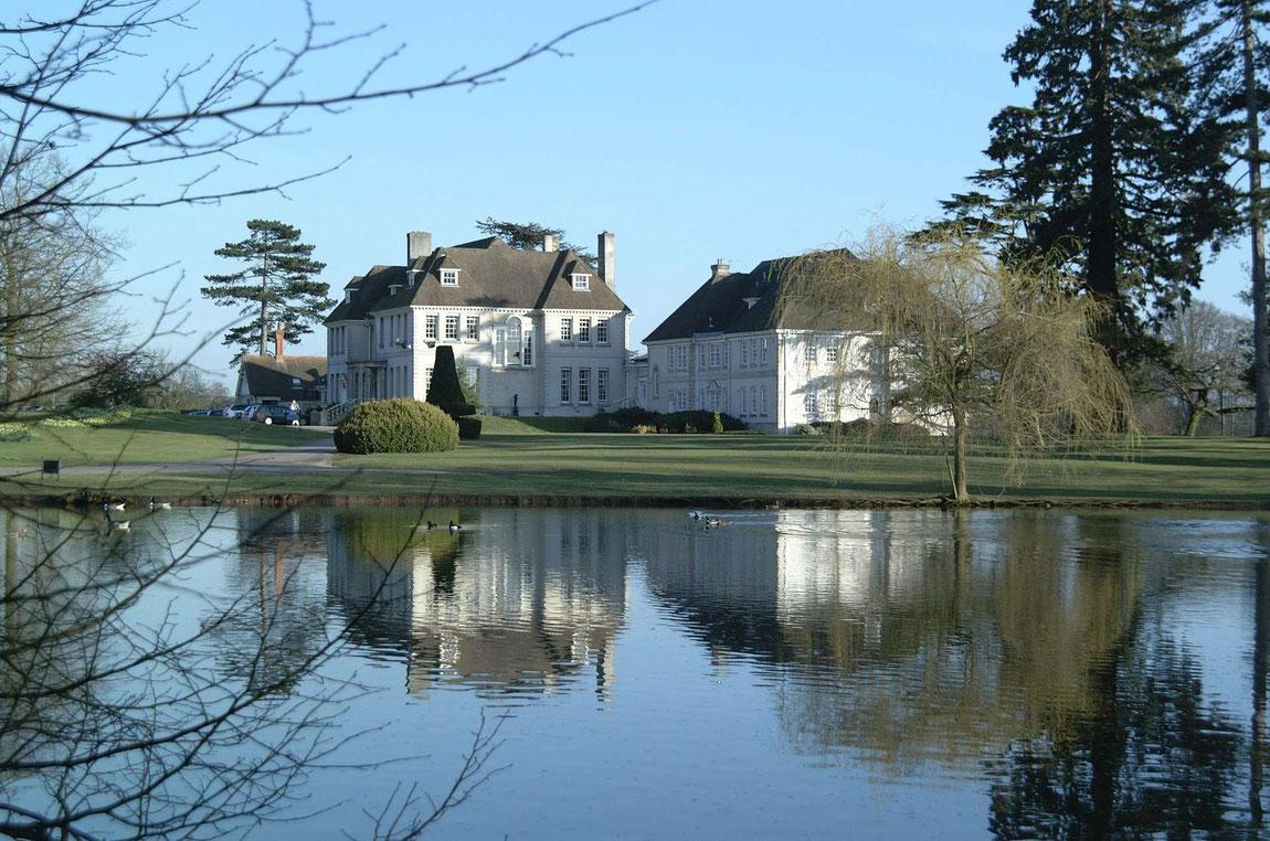 Brockencote Hall Ansicht vom See aus
