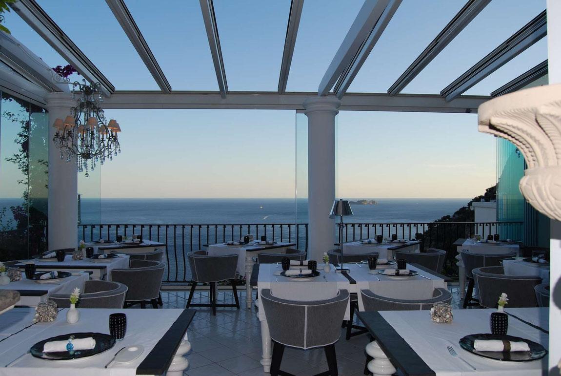 Restaurant-Terrasse der Villa Franca mit Blick aufs Meer