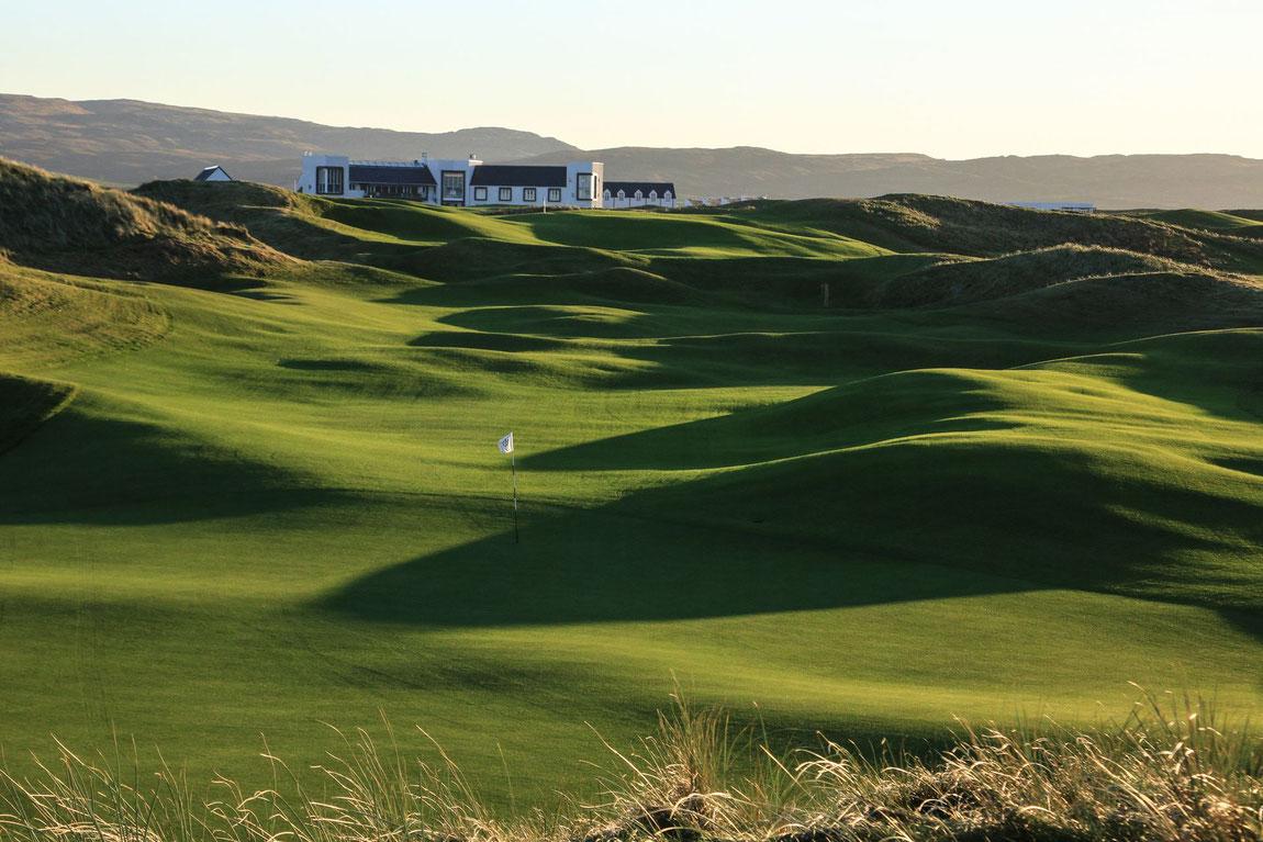 Blick vom Golfplatz auf das The Machrie Hotel auf Islay