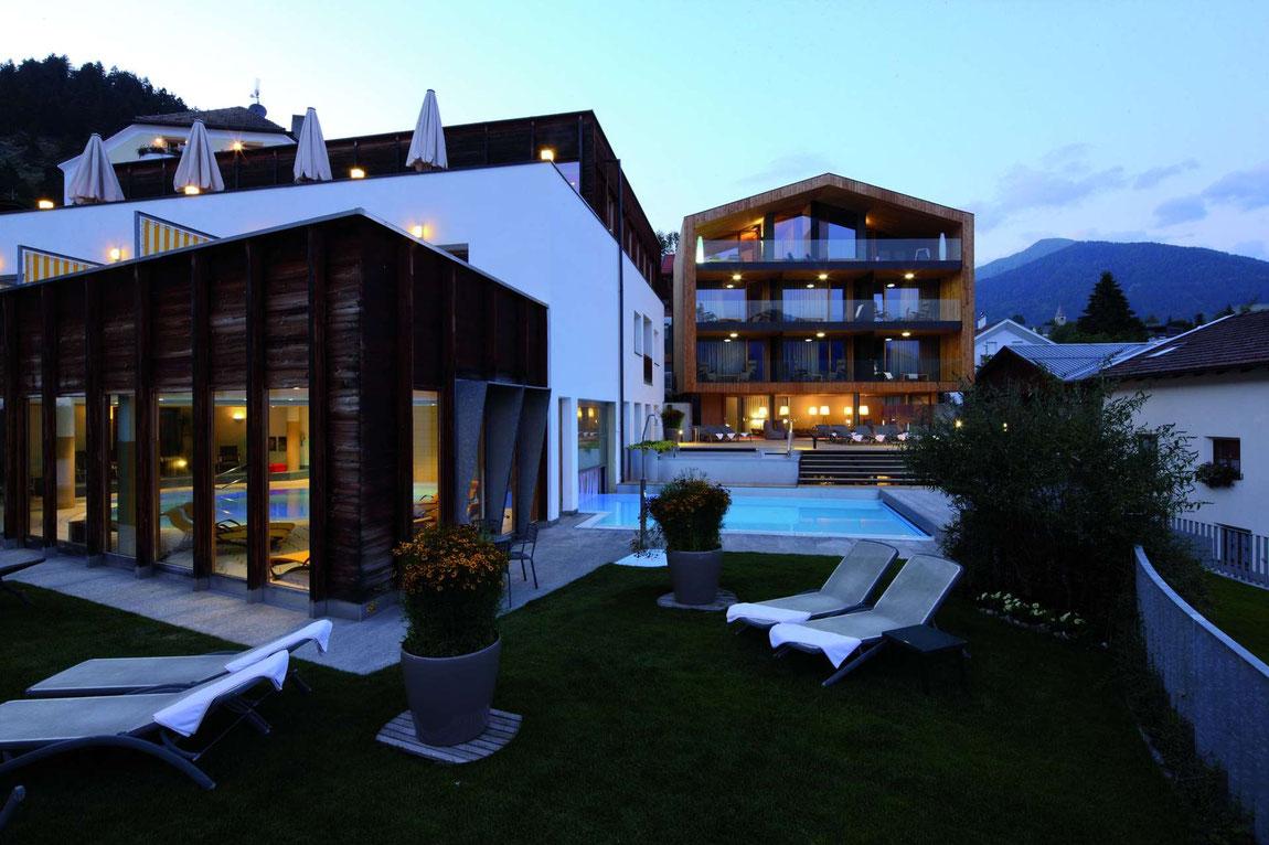 Hotel Weißes Kreuz Pool und Garten am Abend