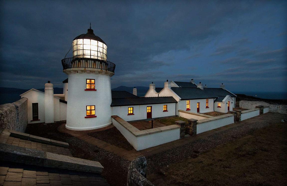 Außenansicht Clare Island Lighthouse in Abendstimmung