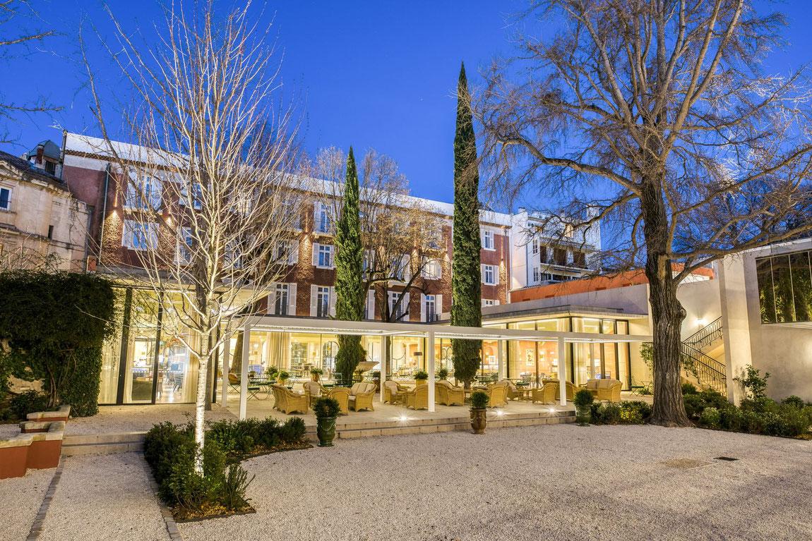 Maison Albar Imperator Hotel am Abend vom Innenhof und Garten aus gesehen.