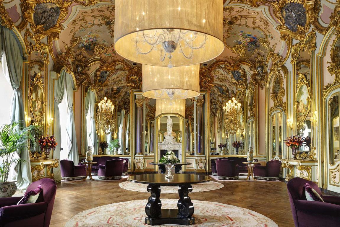Üppig ausgestatteter Salon der Villa Cora