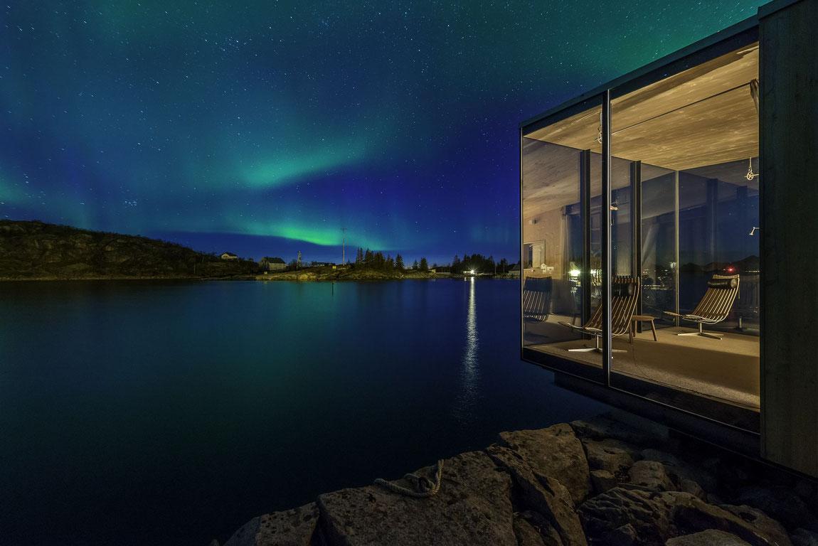 Architektonisch sehenswerte Hütte unter Nordlicht
