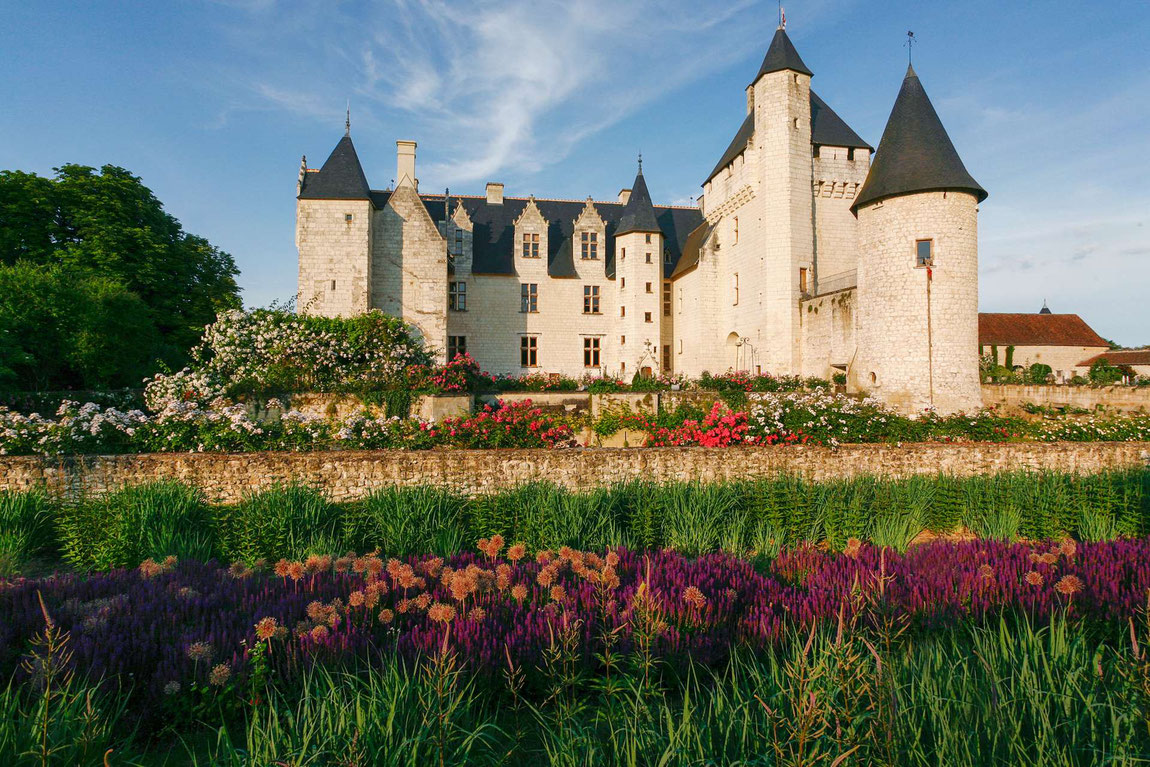 Chateau du Rivau im Herbst vom Garten aus mit Kürbissen