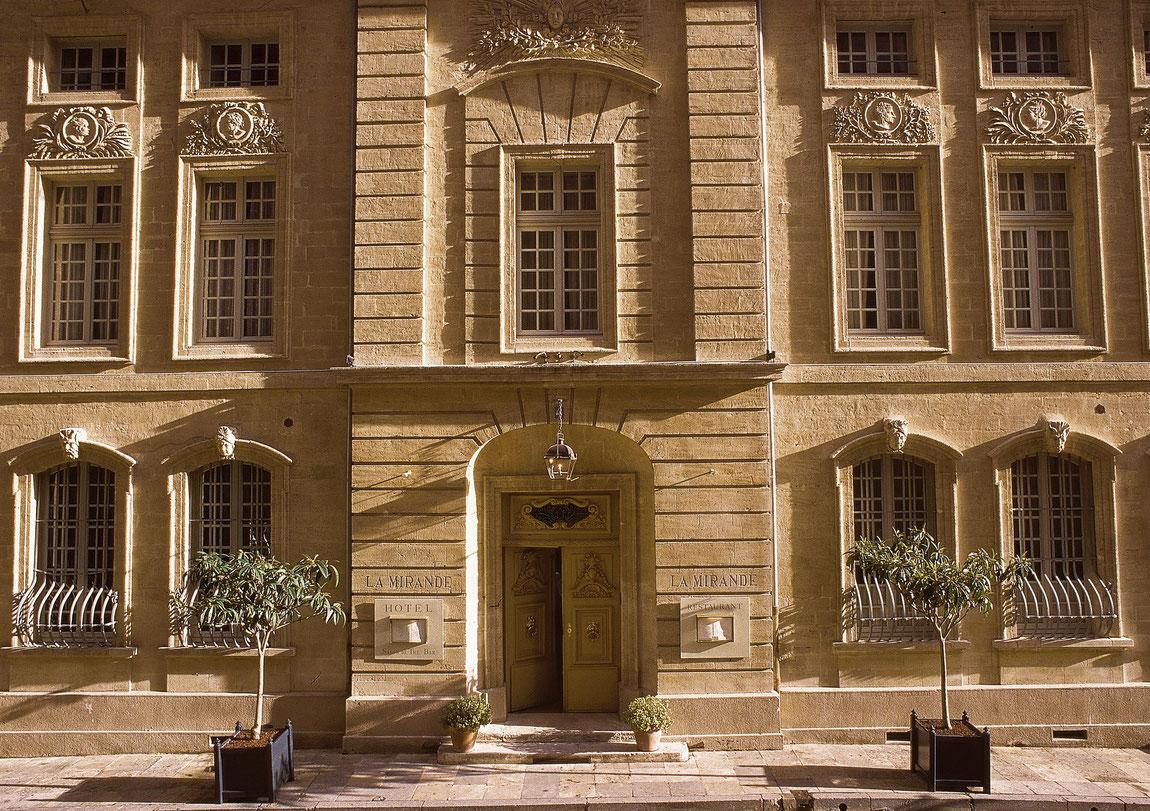 Eingangsbereich des Hotel La Mirande in Avignon.