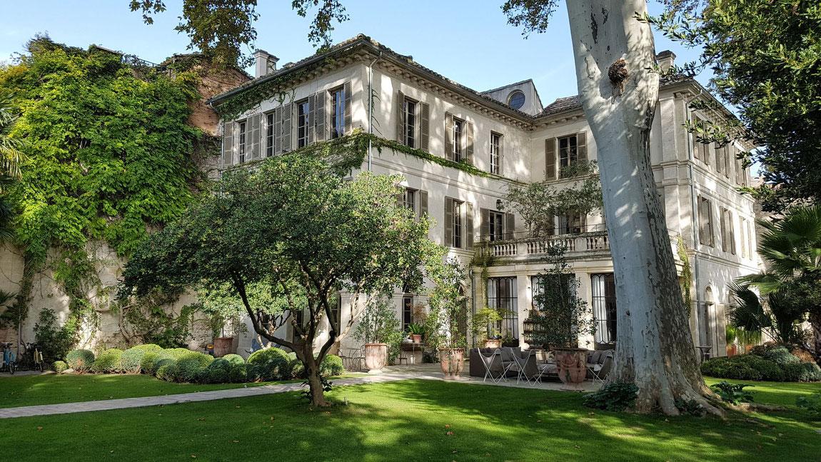 Blick auf Garten und La Divine Comedie in Avignon.