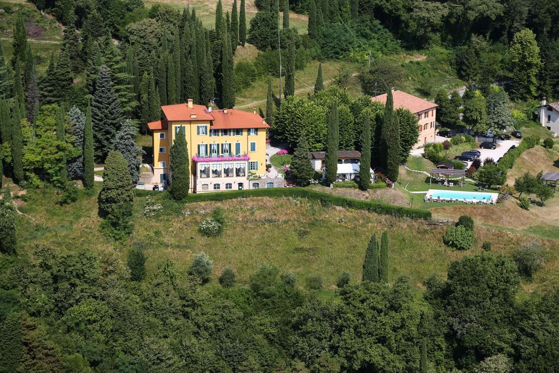 Luftbild Villa Sostaga inmitten von viel Grün