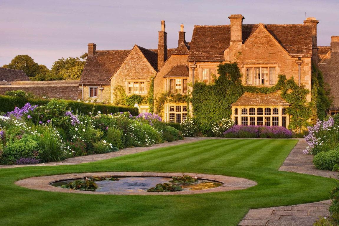 Whatley Manor vom Garten aus im Abendlicht