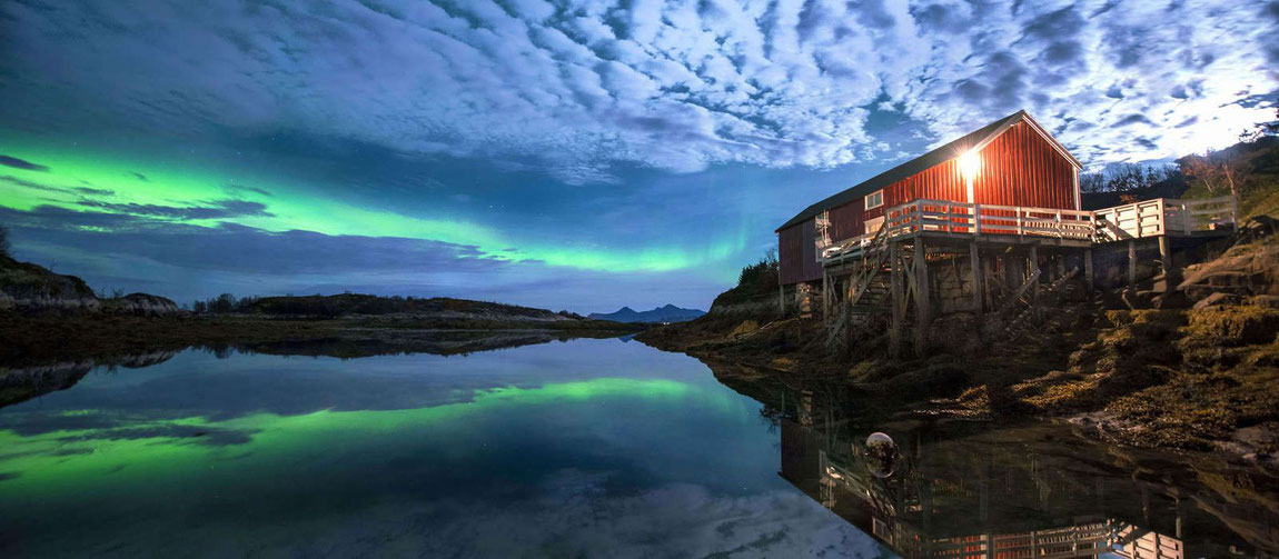 Villa Haugen bei Polarlicht am Meer