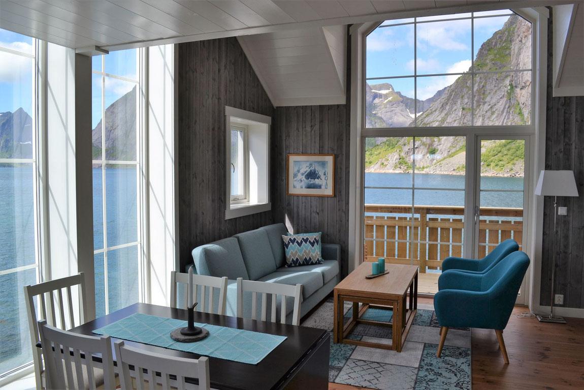 Reinefjord Rorbuer Ansicht von innen mit Blick auf den Fjord