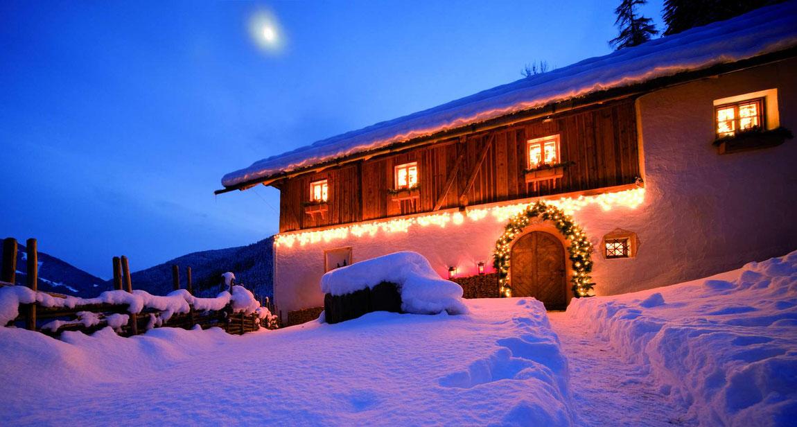 San Lorenzo Mountain Lodge im Schnee mit festlicher Beleuchtung