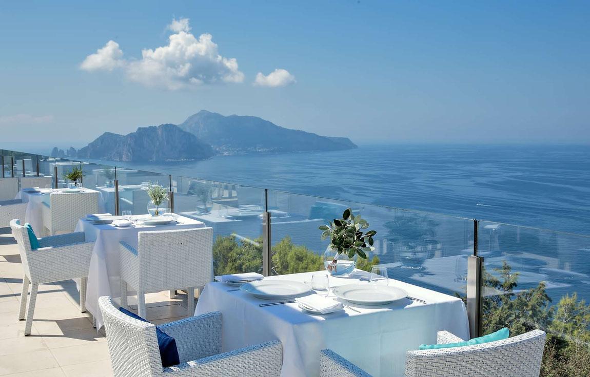 Blick von der Terrasse des Relais Blu auf die Küste und Capri