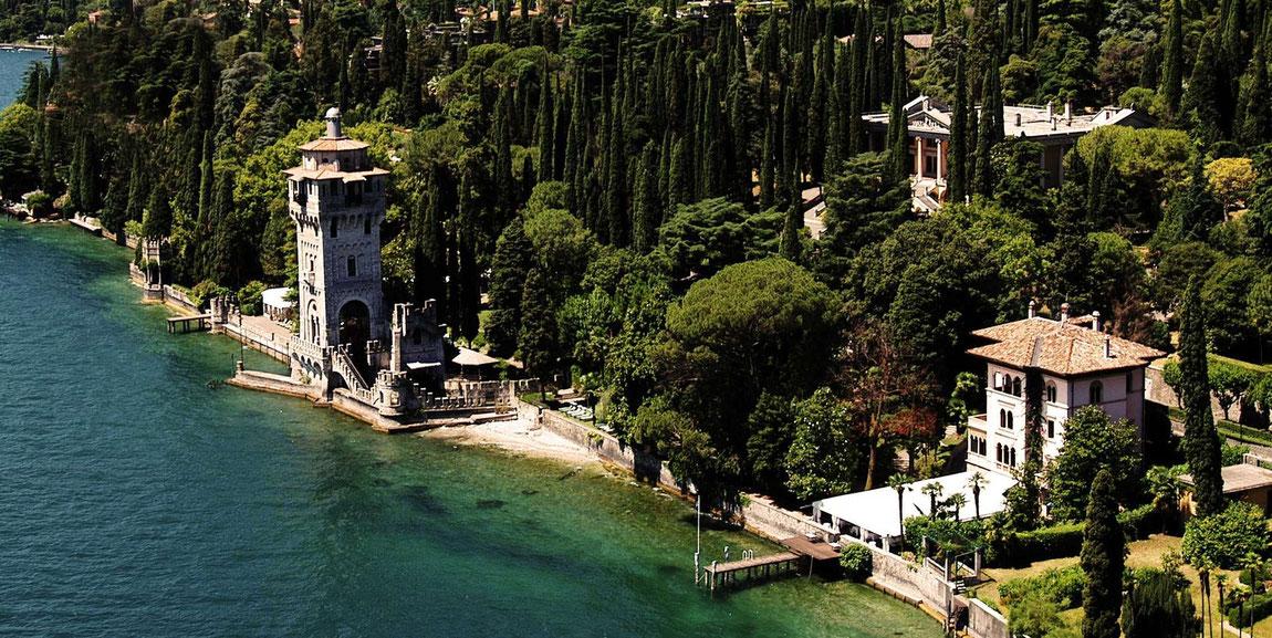 Luftbild der Villa Fiordaliso am See inmitten üppiger Bewachsung