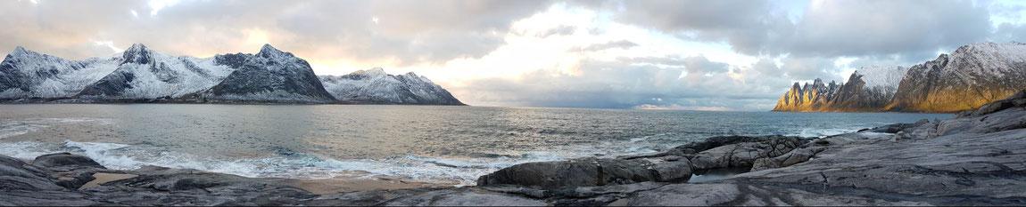 Schneebedeckte Berge in Abendstimmung: Tungeneset auf Senja in Norwegen zwischen Steinfjord und Ersfjord