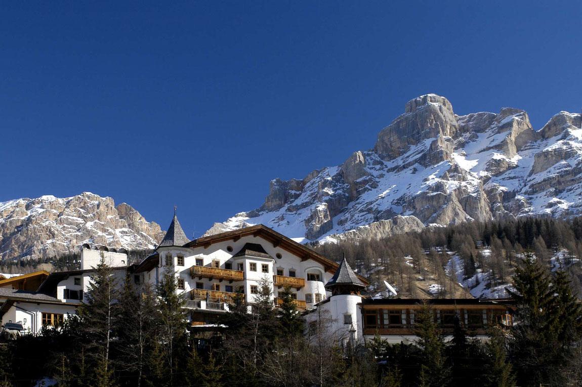 Hotel Rosa Alpina mit Bergpanorama im Hintergrund
