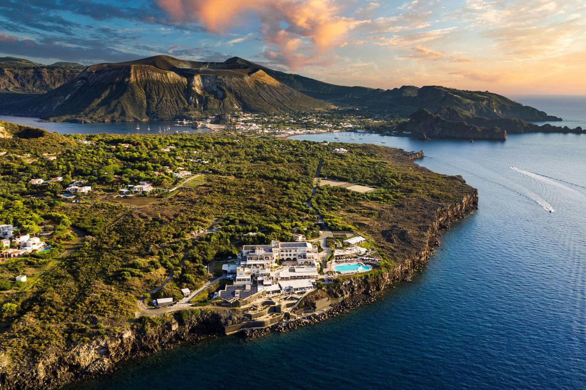 Blick vom Pool auf das Meer in Abendstimmung
