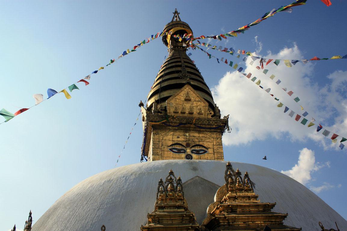 La superbe stupa perchée au sommet d'une colline