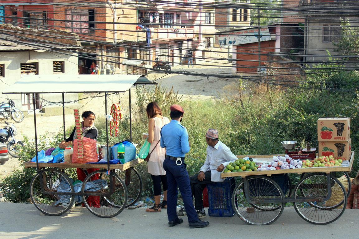 Les vendeurs de rue & un policier