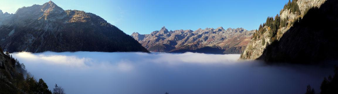 Au bout de 30 minutes de marche, nous voici au dessus d'une superbe mer de nuages qui bouche la Vallée de l'Eau d'Olle