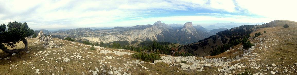 Panoramique depuis la Tête Chevalière, Plateaux du Vercors, Grand Veymont, Mont Aiguille et Grenoble à droite