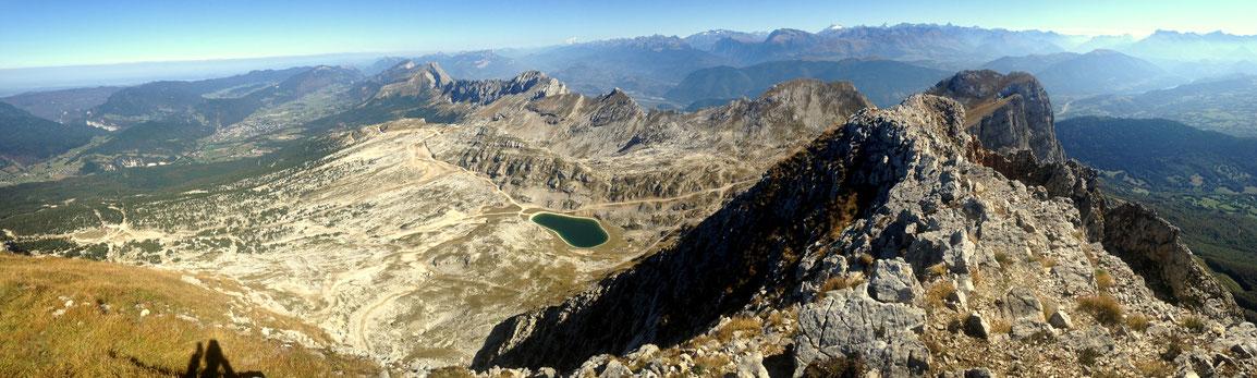 Panoramique depuis la Grande Moucherolle (2284 m), vue vers le Nord de Villard de Lans en Mont Obiou en passant par Belledonne et les Écrins au loin