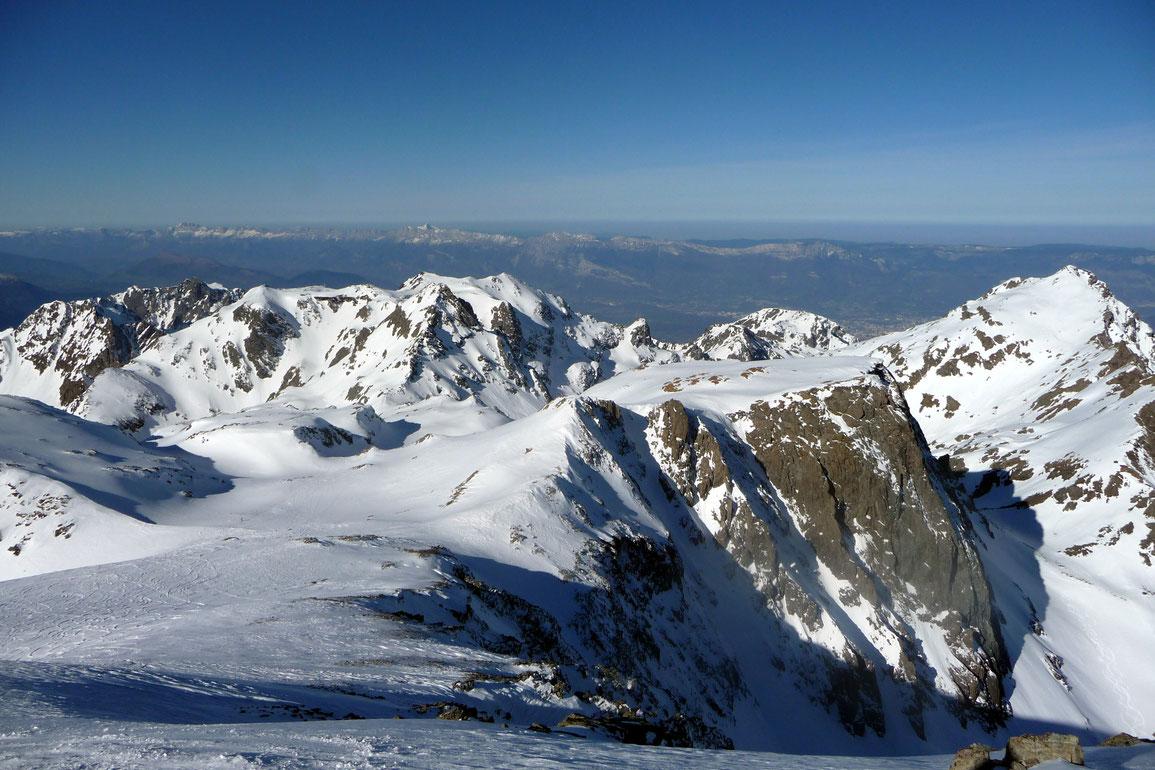 Vue depuis le sommet, direction Chamrousse et Vercors avec la Grande Lance de Domène sur la droite