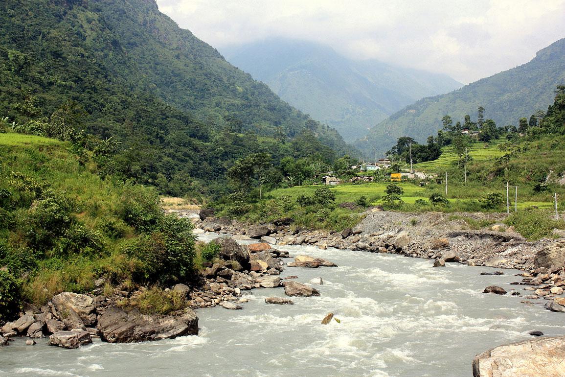 Début du trek en fond de vallée le long de la Marsyangdi Nadi, village de Ngadi (930 m)