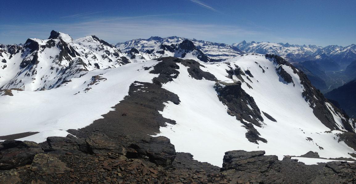 Au sommet de la Grande Lauzière, vue de la Croix et du Grand Pic de Belledonne à gauche, en passant par le massif des Grandes-Rousses puis jusqu'au Écrins avec la Meije, le glacier du Mont de Lans et la Muzelle