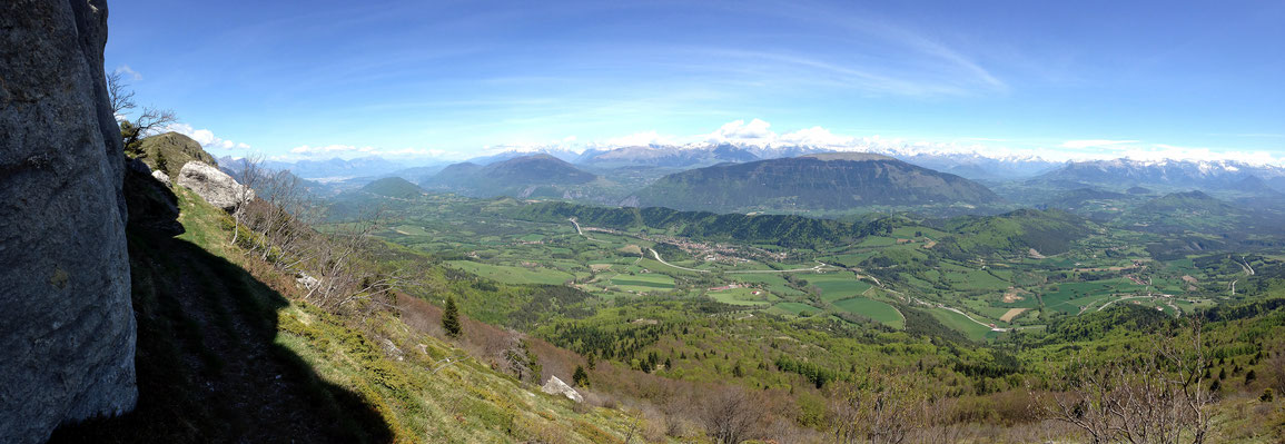 Vue panoramique depuis le pied de la paroi, de Grenoble au Trièves