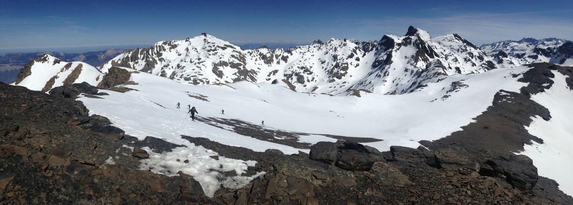 Au sommet de la Grande Lauzière, vue sur la Grande Lance de Domène à Gauche et la Croix de Belledonne à droite