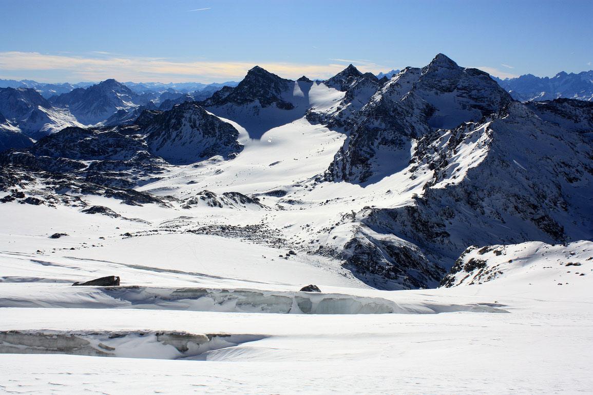 Le Glacier de Chavière est encore bien ouvert... Au fond la Pointe Rénod et la Pointe du Bouchet.
