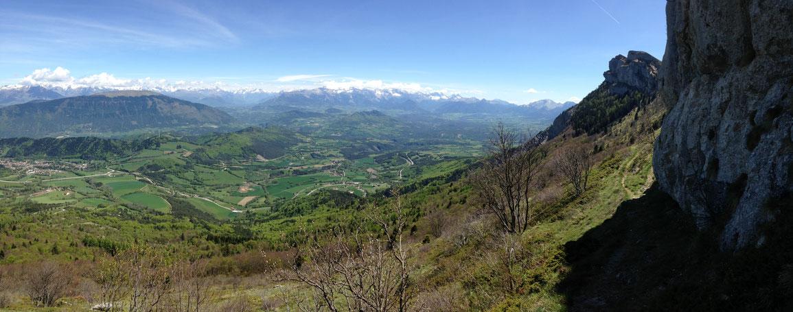 Vue panoramique depuis le pied de la paroi sur le Trièves, un secteur encore bien agricole