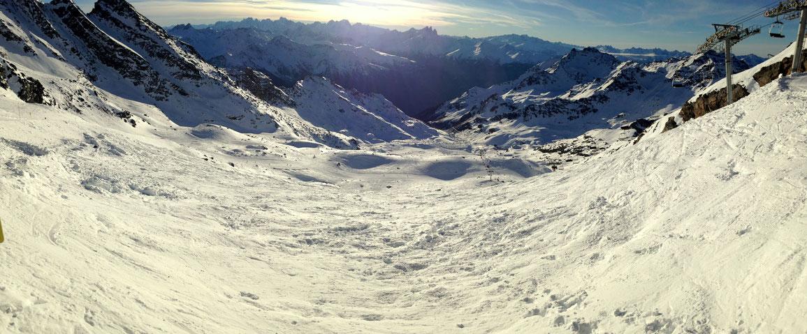 Grand soleil et superbe neige côté Orelle en Maurienne - Au loin, les Aiguilles d'Arves