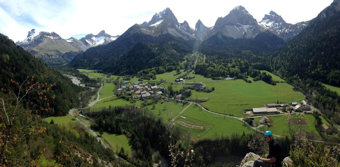 Vue depuis la via ferrata sur Lus-La-Jarjatte, à gauche le Rocher Rond (2453 m) et à droite la Tête de la Plainie (2383 m)